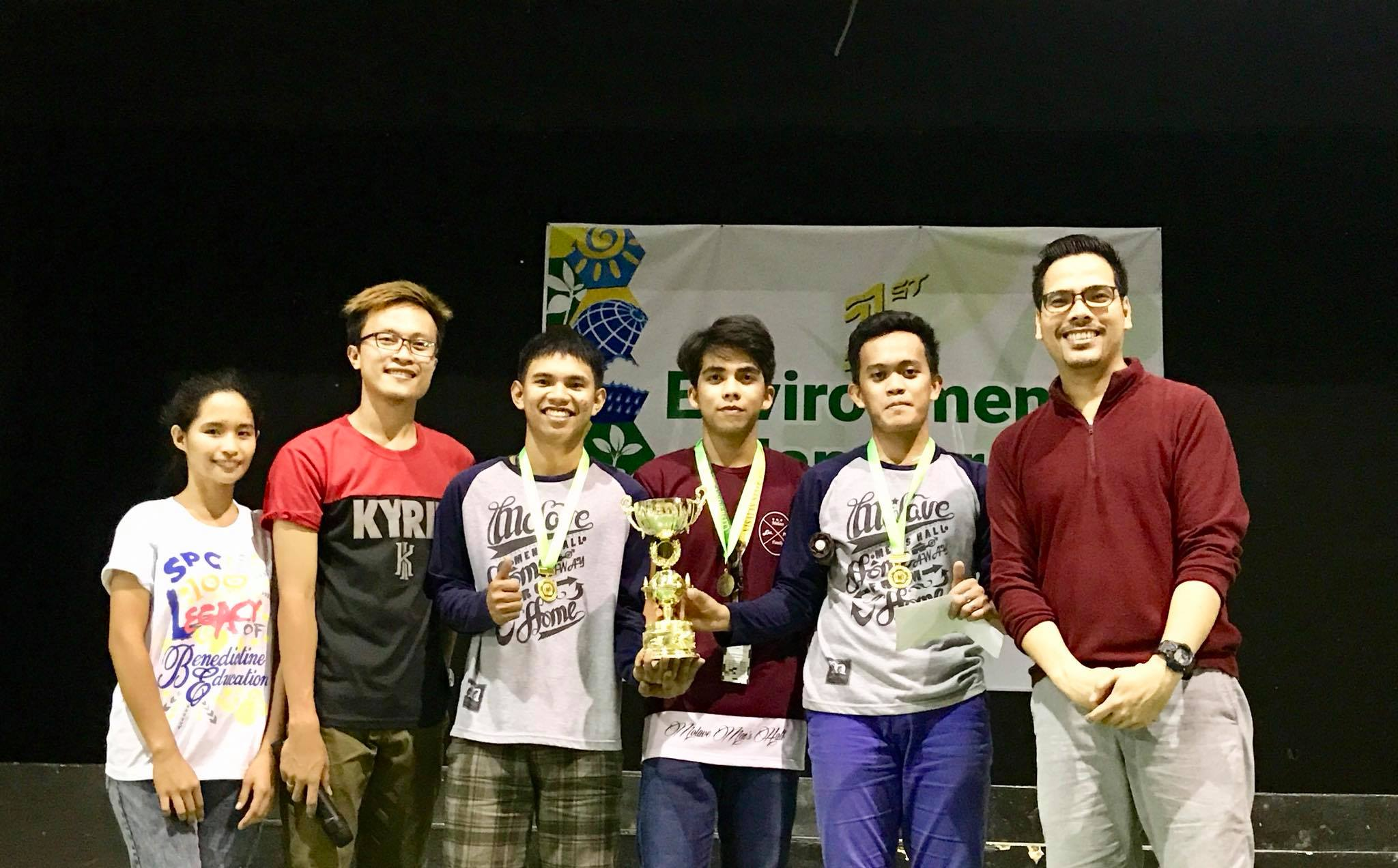 CHAMPS. UISB winners' Angelo Astudillo, Ayron Garrido and Ruel Lamberte poses with quiz show master Derek Alviola (right corner) and UISB Pres. Junrey Goles (2nd from the left) after receiving their prize.
